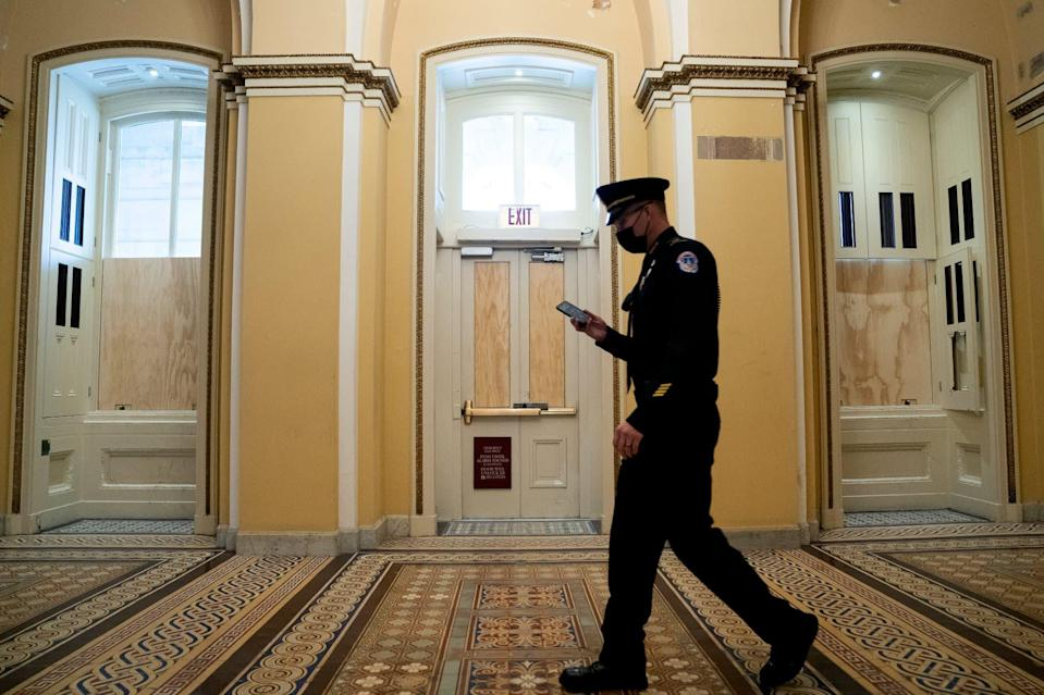 Un policier dans les couloirs du Capitole. (photo d'illustration) - Stefani Reynolds / GETTY IMAGES NORTH AMERICA / Getty Images via AFP
