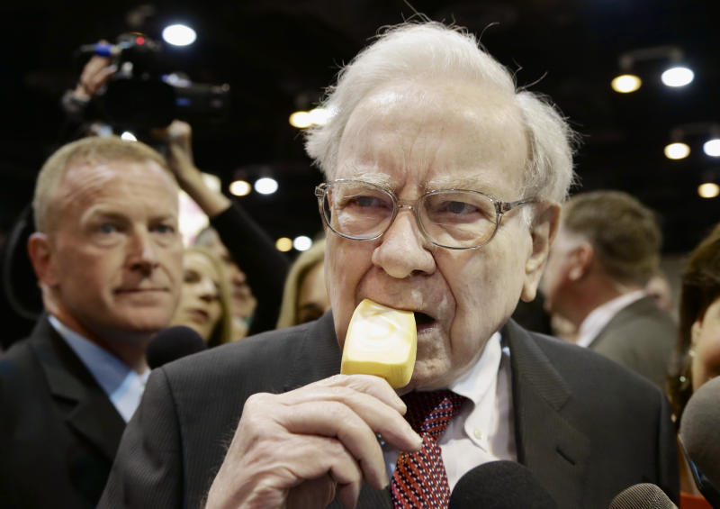 Thousands descend on Omaha to hear Buffett speak