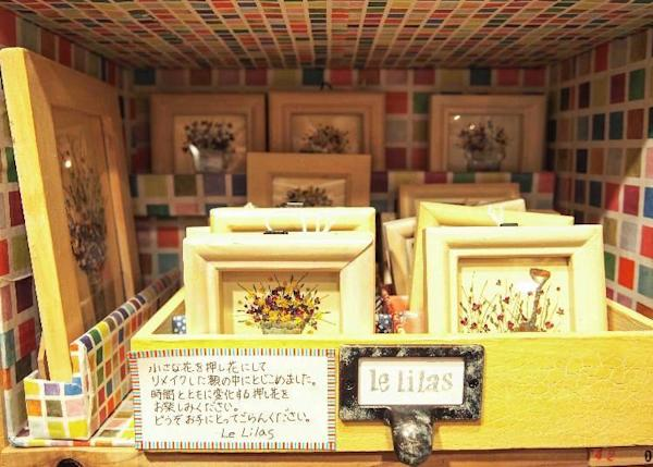 Framed pressed flowers for decorating walls about 1,100 yen to 1,800 yen (prices vary according to size)