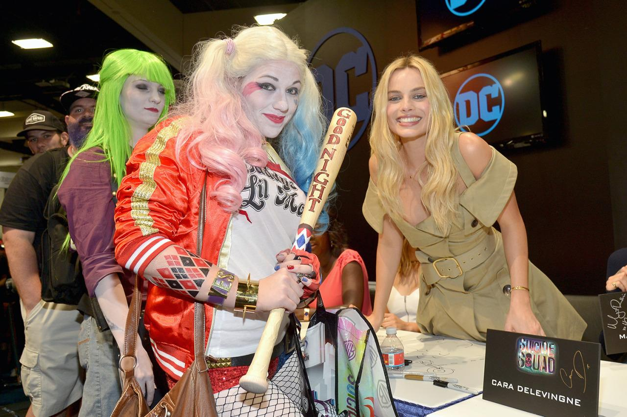<p>Margot Robbie meets her cosplay doppelgänger at the <i>Suicide Squad</i> booth on July 23. <i>(Photo: Charley Gallay/Getty Images for DC Entertainment)</i></p>