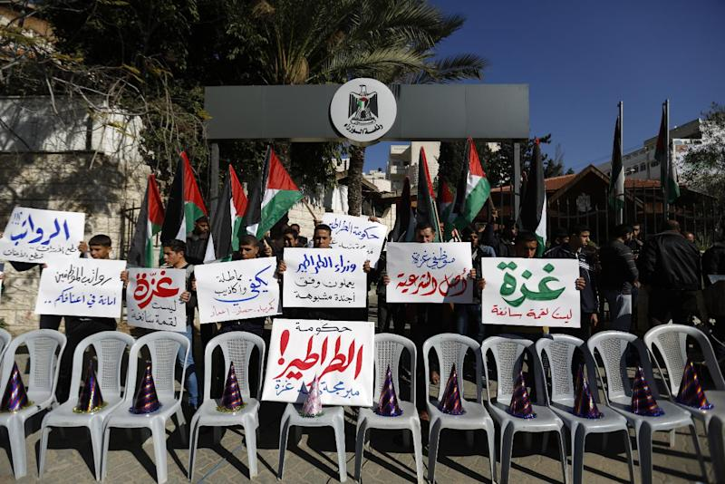 Hamas civil servants block the entrance to the Gaza City headquarters of the Palestinian unity government on December 31, 2014