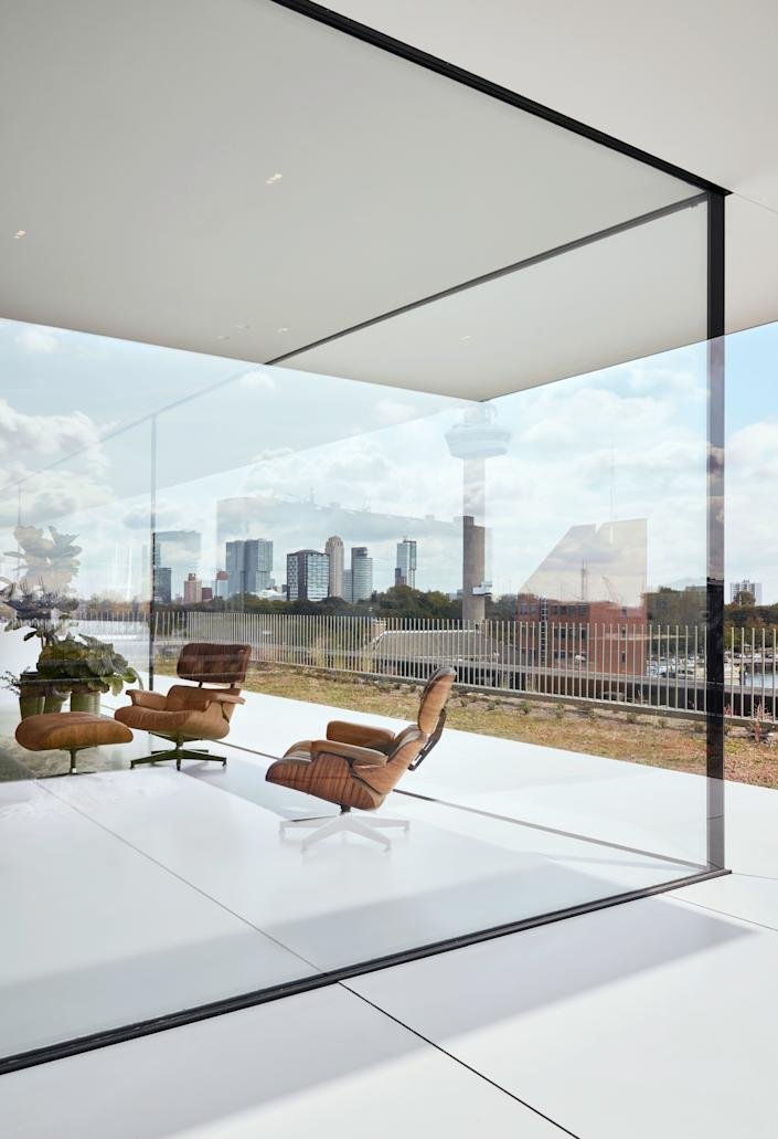"""<div class=""""caption""""> The large glass façade is not only load bearing but also ultraclear glass. </div>"""
