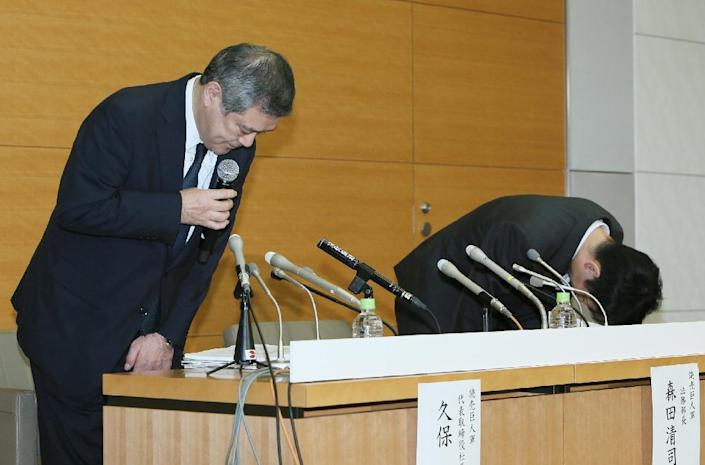 Yomiuri Giants president Hiroshi Kubo (L) offers a formal apology at a press conference on October 21, 2015 after pitchers Shoki Kasahara and Ryuya Matsumoto were found to have gambled on baseball games (AFP Photo/)