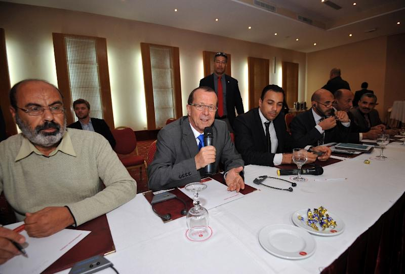 UN envoy for Libya, Martin Kobler (C) speaks during a meeting with representatives of Libyan municipalities and of the municipal council on December 21, 2015 in Tunis (AFP Photo/Fethi Belaid)