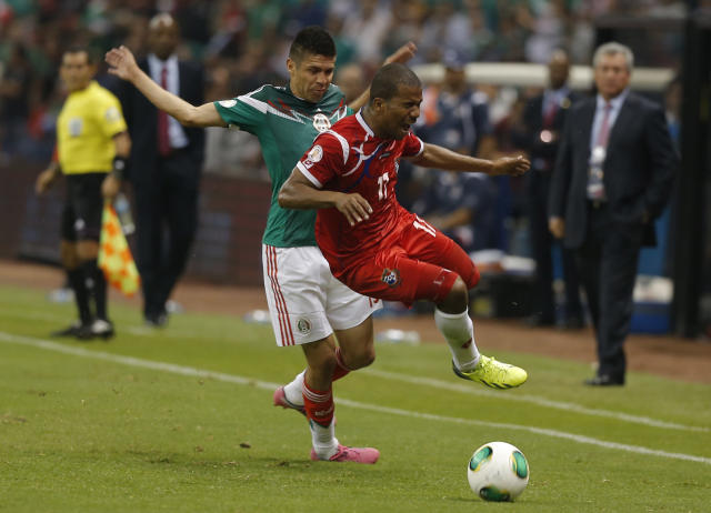 Mexico's Oribe Peralta, left, fights for the ball with Panama's Luis Henriquez during a 2014 World Cup qualifying match in Mexico City, Friday, Oct. 11, 2013. (AP Photo/Eduardo Verdugo)