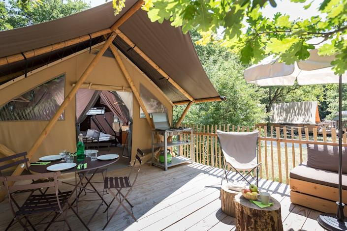 Details of amenities at Huttopia's tented platform glamping experience