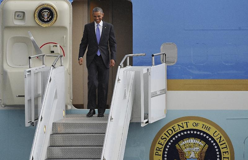 US President Barack Obama disembarks from Air Force One upon his arrival at Bole International Airport in Addis Ababa, on July 26, 2015 (AFP Photo/Simon Maina)