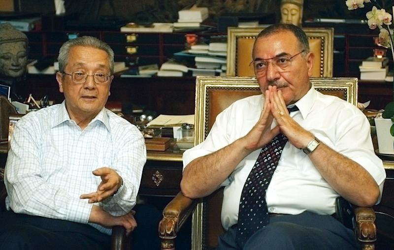 """FILE - In this May 17, 2004 French lawyer Jacques Verges, left, and Iraqi lawyer Badie Arief Izzat hold a news conference in Paris. Verges, called the """"Devil's advocate"""" for his flamboyant courtroom defense of the likes of former Nazi Klaus Barbie and Carlos the Jackal, has died Thursday Aug.15, 2013 of cardiac arrest in Paris. He was 88. (AP Photo/Remy de la Mauviniere, File)"""