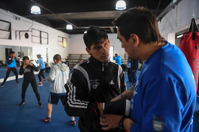Argentine boxer Brian Arregui speaks with his trainer Mariano Carrera during sparring in Buenos Aires on October 1, 2018 (AFP Photo/EITAN ABRAMOVICH)