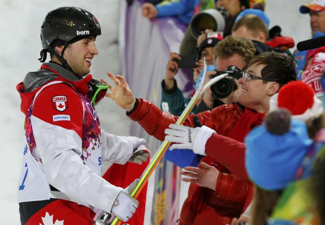Winner Canada's Alex Bilodeau (L) and his brother Frederic celebrate after the men's freestyle skiing moguls finals at the 2014 Sochi Winter Olympic Games in Rosa Khutor, February 10, 2014. REUTERS/Mike Blake (RUSSIA - Tags: SPORT OLYMPICS SPORT SKIING)