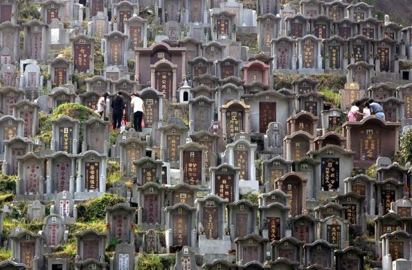 Worshippers clean the graves of their ancestors at a cemetery during Chung Yeung festival in Hong Kong October 22, 2004.