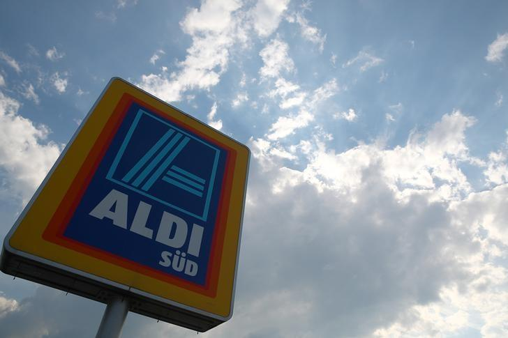 A sign directing shoppers to an ALDI Sued grocery store in Unterhaching