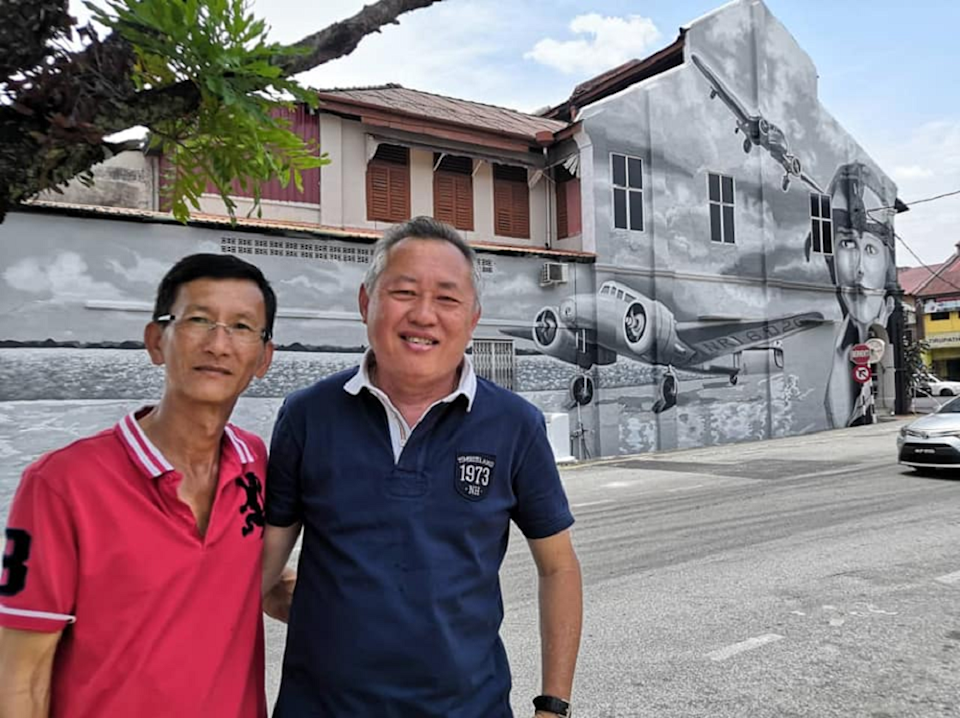 It took Datuk Chen Teck Meng (right) and Khok Chai Ong nine days to complete the drawing on the wall of a double storey building at Jalan Abdul Jalil, next to Taiping Hospital. — Picture via Facebook/ Majlis Perbandaran Taiping