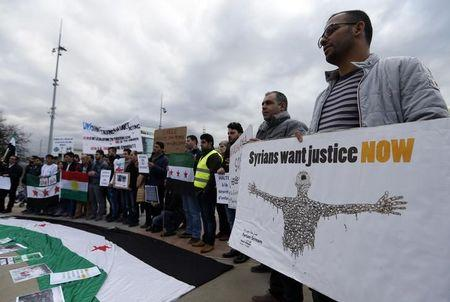 People demonstrate against the Syrian regime ahead of the start of the Syrian Peace talks outside the U.N. European headquarters in Geneva, Switzerland, January 29, 2016. REUTERS/Denis Balibouse