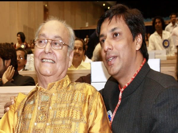 Madhur Bhandarkar with Soumitra Chatterjee (Image source: Twitter)