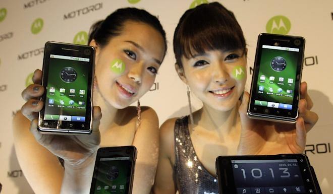 Models pose with Motorola's Android 2.0-based Motoroi during a press conference in Seoul, South Korea, Monday, Jan. 18, 2010. Photo: AP