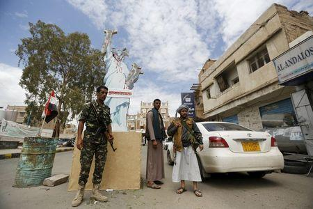 Houthi militants man a checkpoint in Yemen's capital Sanaa April 18, 2016. REUTERS/Khaled Abdullah