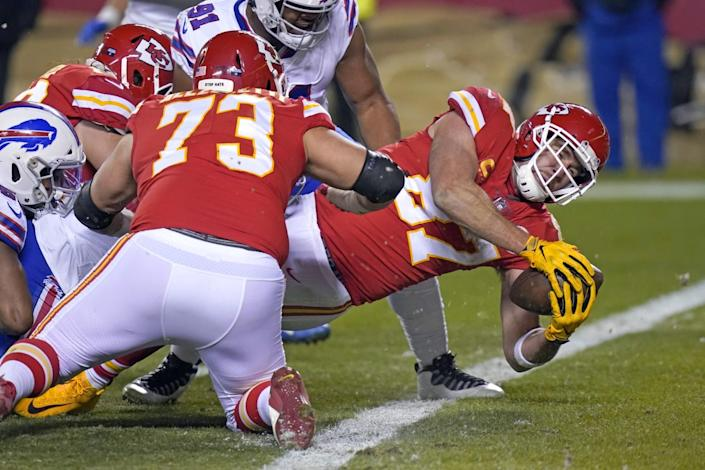 Chiefs tight end Travis Kelce (87) scores on a one-yard touchdown reception against the Bills.