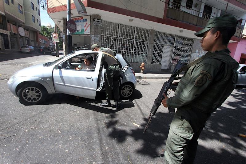 Venezuela National Guard soldiers man a checkpoint in San Antonio, Tachira state, on August 30, 2015 (AFP Photo/George Castellanos)