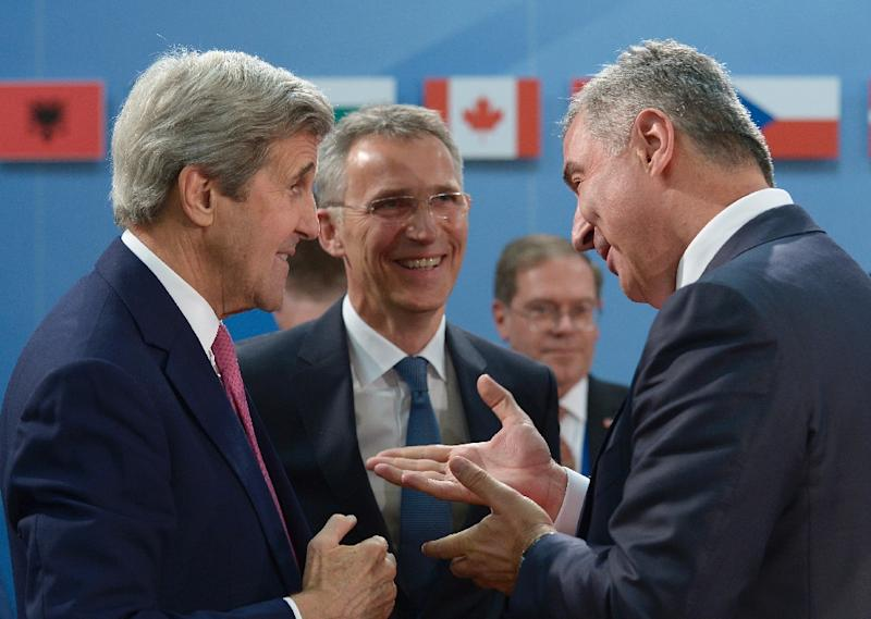 Montenegro's Prime Minister Milo Djukanovic (right) talks with US Secretary of State John Kerry (left) and NATO chief Jens Stoltenberg at NATO headquarters in Brussels on May 19, 2016 (AFP Photo/John Thys)