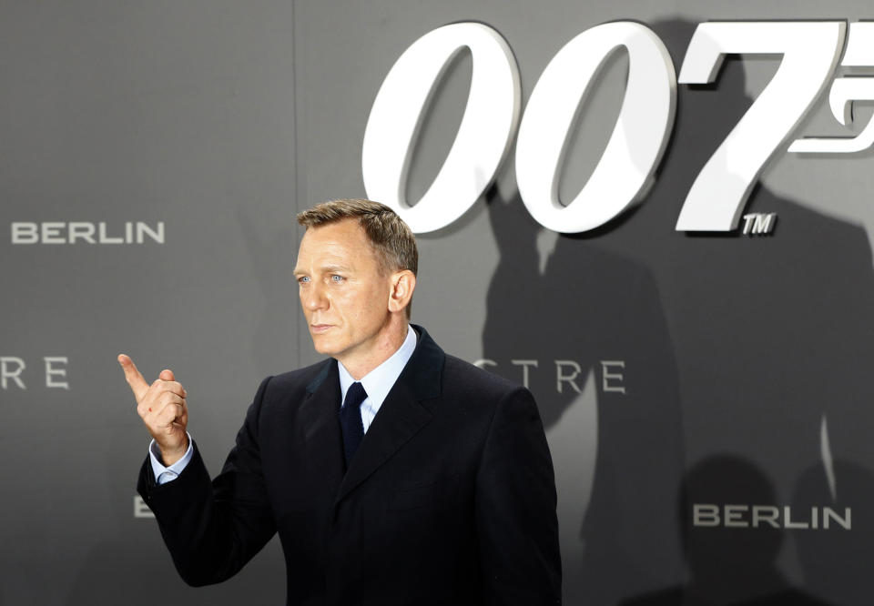 """Actor Daniel Craig poses for photographers on the red carpet at the German premiere of the new James Bond 007 film """"Spectre"""" in Berlin, Germany, October 28, 2015. REUTERS/Fabrizio Bensch/File Photo"""