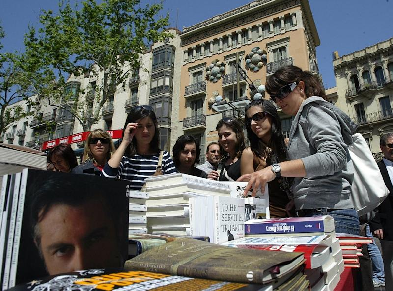 Tourists at a book stall on the Ramblas in Barcelona (AFP Photo/Cesar Rangel)