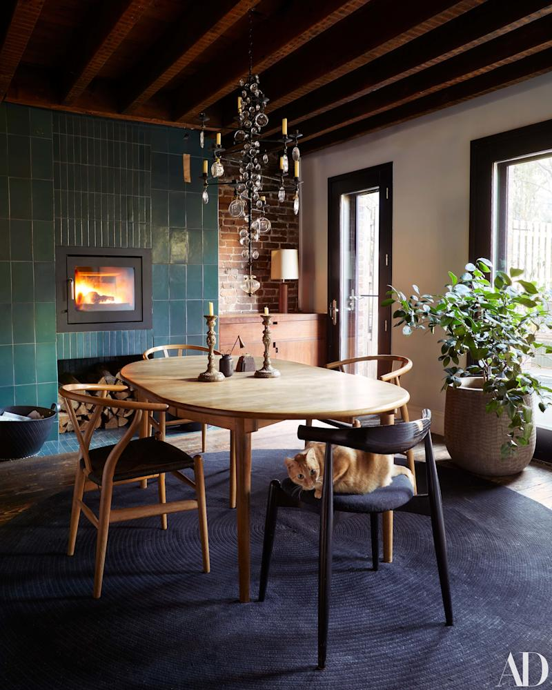 Coziness is clearly important to Maggie Gyllenhaal and Peter Sarsgaard—the couple had four fireplaces at their former Brooklyn home.