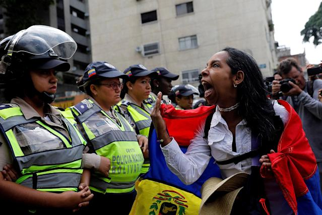 <p>A demonstrator shouts slogans in front of police officers during a women's march to protest against President Nicolas Maduro's government in Caracas, Venezuela May 6, 2017. (Photo: Carlos Garcia Rawlins/Reuters) </p>