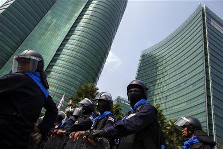 Riot police officers stand guard as anti-government protesters gather during a rally outside the Ministry of Energy in Bangkok March 6, 2014. REUTERS/Athit Perawongmetha