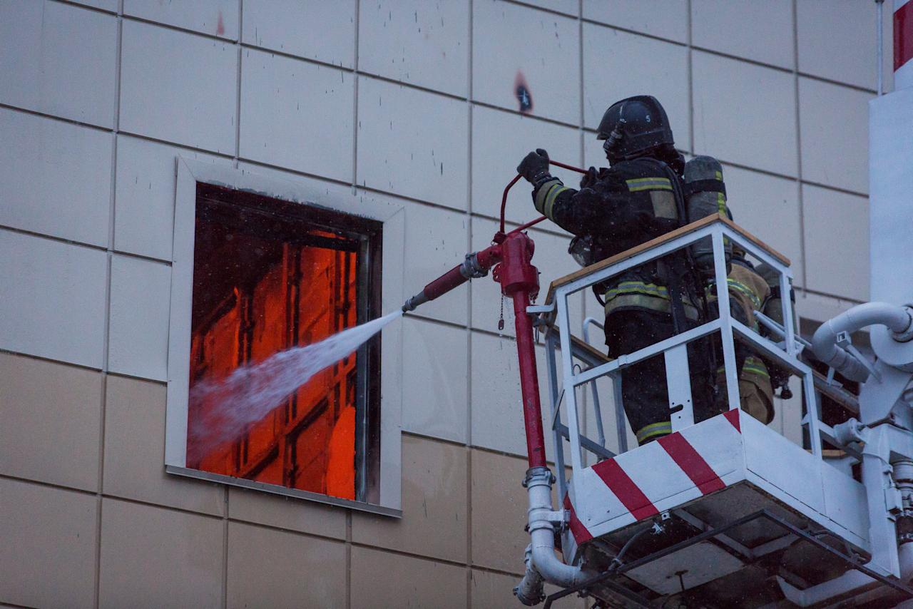 <p>Members of the Emergency Situations Ministry work to extinguish a fire in a shopping mall in the Siberian city of Kemerovo, March 25, 2018. (Photo: Maksim Lisov/Reuters) </p>