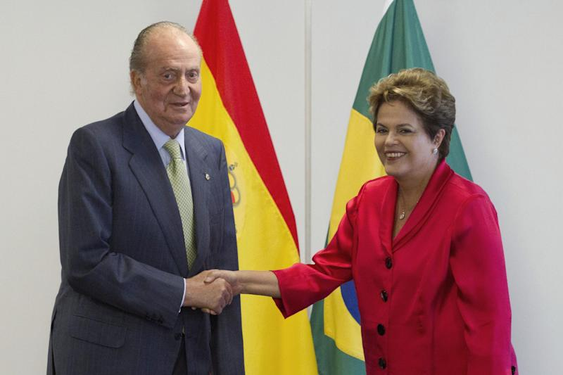 Spain's King Juan Carlos, left, shakes hands with Brazil's President Dilma Rousseff, during a meeting at the Planalto presidential palace, in Brasilia, Brazil, Monday, June 4, 2012. Juan Carlos in on a one-day visit to Brazil. (AP Photo/Eraldo Peres)