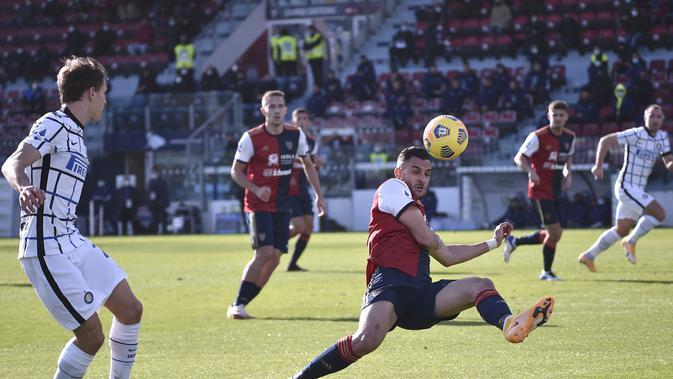 Cagliari's Charalampos Lykogiannis reaches for the ball during the Serie A soccer match between Cagliari and Inter Milan at the Sardegna arena Stadium in Cagliari, Italy, Sunday, Dec. 13, 2020. (Alessandro Tocco/LaPresse via AP)