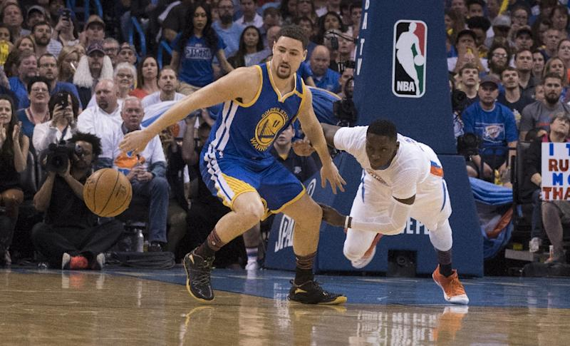 Klay Thompson (L) scored 35 points as the Golden State improved the NBA's best record to 47-9 by routing visiting Sacramento 109-86 (AFP Photo/J Pat Carter)