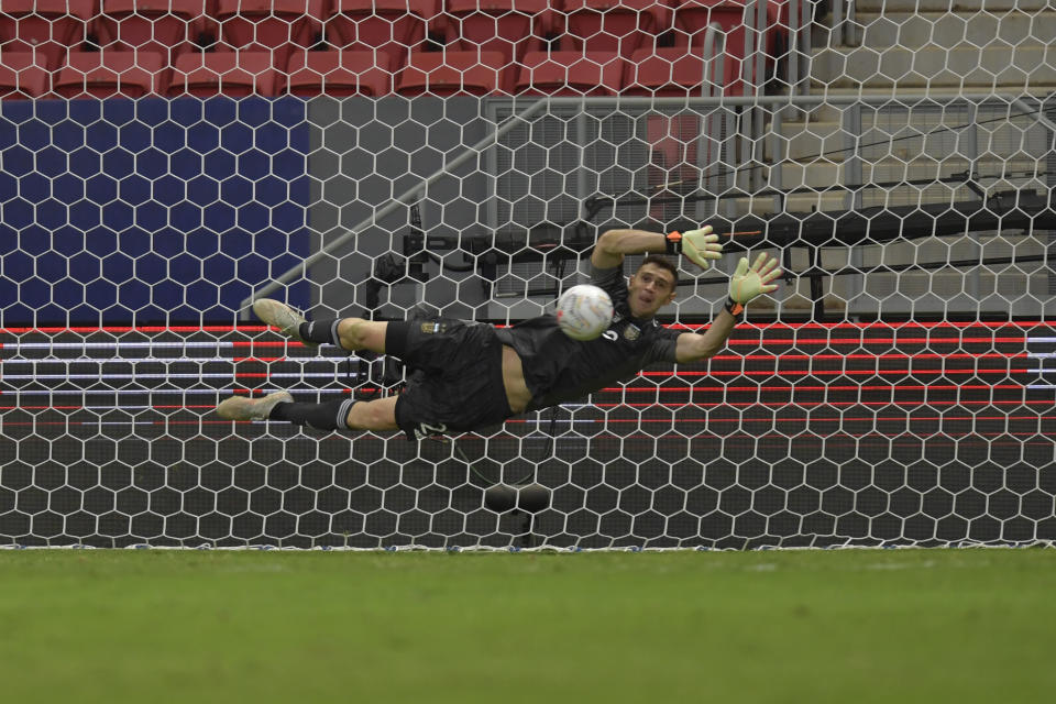 BRASILIA, BRAZIL - JULY 06: Emiliano Martinez goalkeeper of Argentina dives to make a save in a penalty shootout after a semi-final match of Copa America Brazil 2021 between Argentina and Colombia at Mane Garrincha Stadium on July 06, 2021 in Brasilia, Brazil. (Photo by Pedro Vilela/Getty Images)