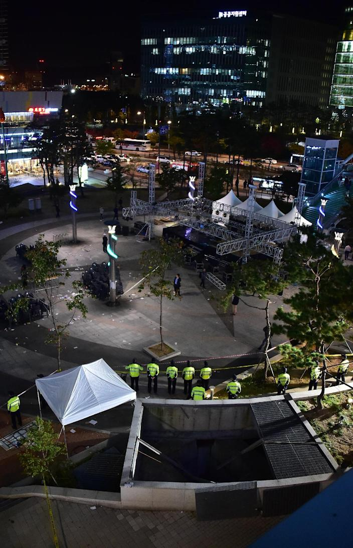Police stand guard at the scene of the concert disaster in Seongnam on October 17, 2014 (AFP Photo/Jung Yeon-Je)