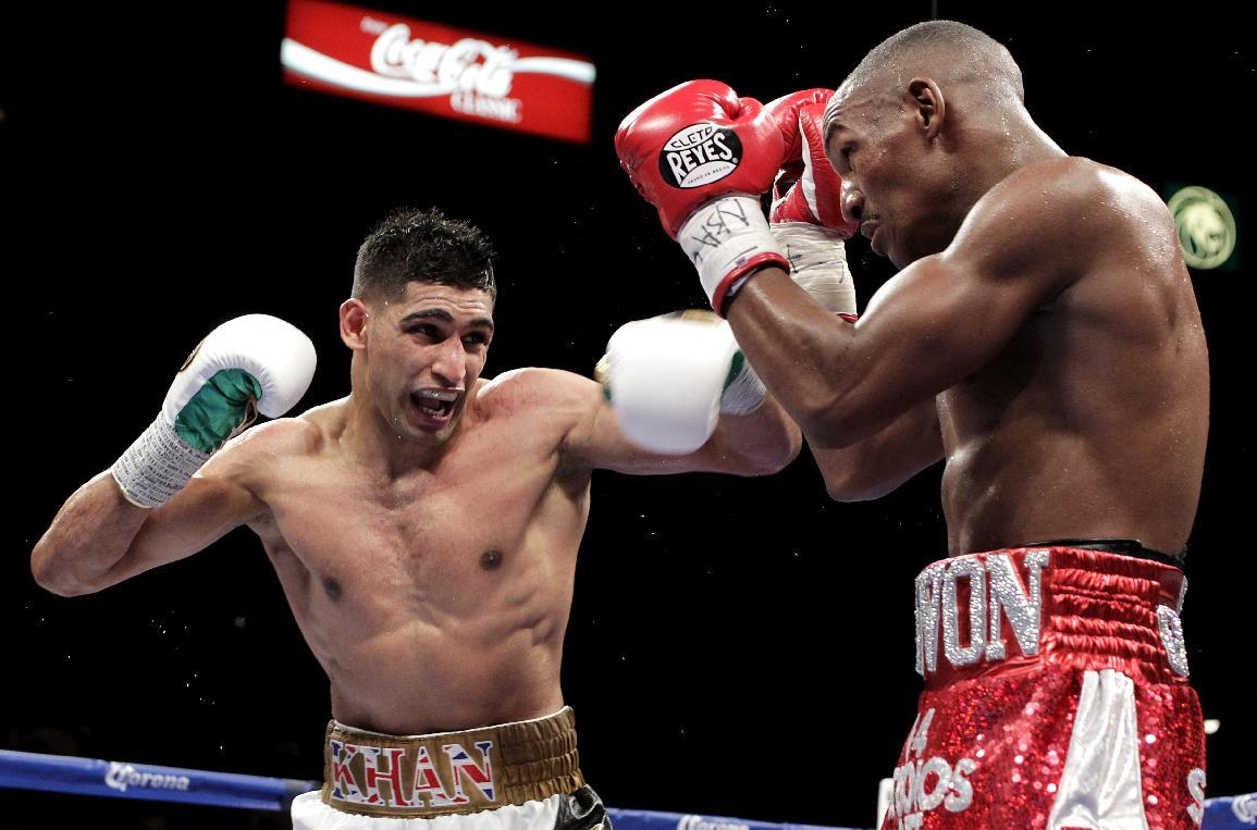 Amir Khan and Devon Alexander during their WBC Silver Welterweight bout at the MGM Grand Garden Arena on December 13, 2014 in Las Vegas, Nevada (AFP Photo/John Gurzinski)
