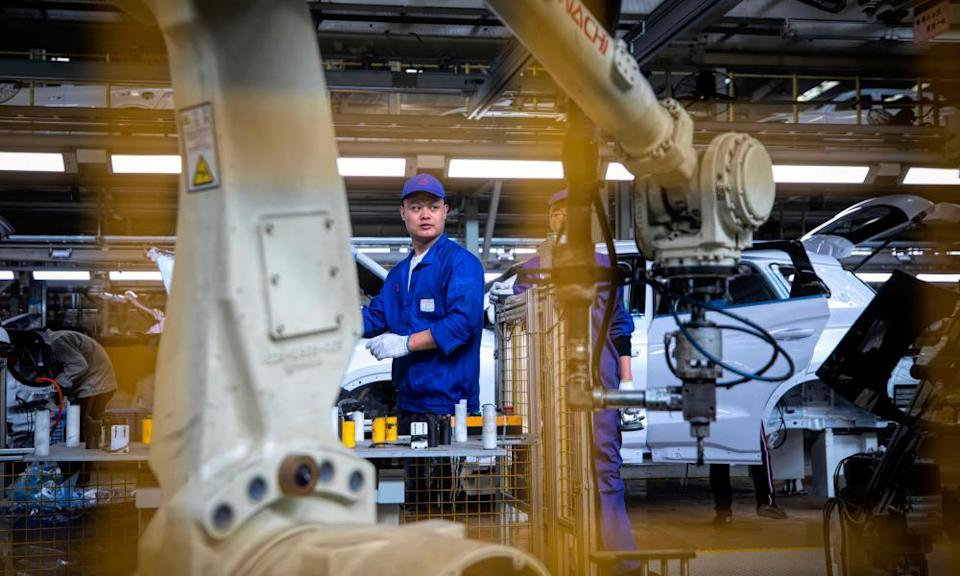 China manufacturing index decreasingepa07961966 A man supervises a robot hand in the BYD (Build Your Dreams) electric car factory in Xi'an, Shaanxi province, China, 14 October 2019 (issued 31 October 2019). China's manufacturing purchasing managers' index (PMI) foaled for sixth month in a row, according to official data released on 31 October. The ongoing contraction illustrates a worsening business climate, despite Beijing's efforts to spark economic growth. Media reports state that the October PMI was below expectations at 49.3 points from September at 49.8 and the lowest since hitting the 49.2 in February 2019. EPA/ALEX PLAVEVSKI ATTENTION: This Image is part of a PHOTO SET