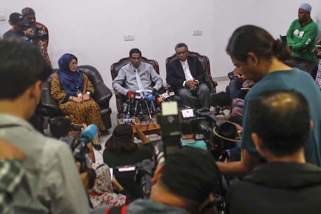 <p>Malaysia Health Minister S. Subramaniam (C) speaks to journalists about a deadly fire at a religious school in the Malaysian capital during a news conference in the Kuala Lumpur General Hospital, Malaysia, Sept. 14, 2017. (Photo: Fazry Ismail/EPA-EFE/REX/Shutterstock) </p>