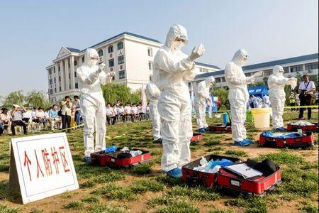 FILE PHOTO: People participate in an emergency exercise on prevention and control of H7N9 bird flu virus organised by the Health and Family Planning Commission of the local government in Hebi, Henan province, China June 17, 2017. Picture taken June 17, 2017. REUTERS/Stringer