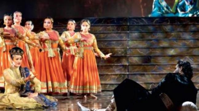 With a cast and crew of over 350 people, it has 30 Kathak dancers. Neha Sargam and Priyanka Barve play Anarkali, theatre actors Nissar Khan, Syed Shahab Ali, and Dhanveer Singh essay Akbar and Salim.