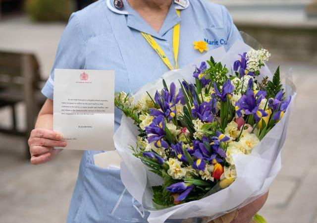 Flowers and a message from the Queen to staff at St Bartholomew's Hospital (Dominic Lipinski/PA)