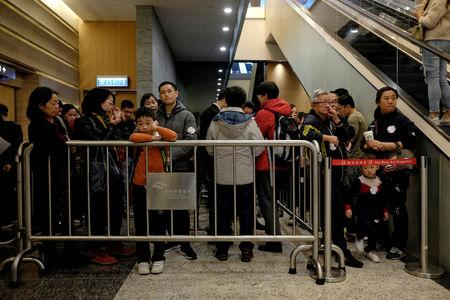 Buyers and property agents line up for developer Sun Hung Kai's property sales in Hong Kong January 13, 2018.  REUTERS/Bobby Yip
