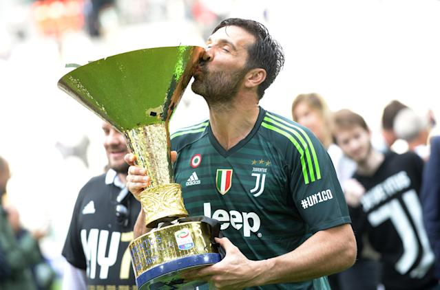 Soccer Football - Serie A - Juventus vs Hellas Verona - Allianz Stadium, Turin, Italy - May 19, 2018 Juventus' Gianluigi Buffon celebrates winning the league by kissing the trophy REUTERS/Massimo Pinca