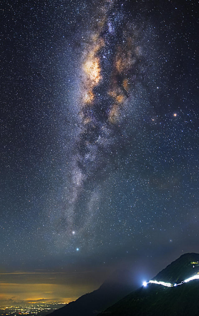 <p>Some of steves other night sky photography Mount Ijen – Indonesia. (Photo: Steve Lance Lee/Caters News) </p>