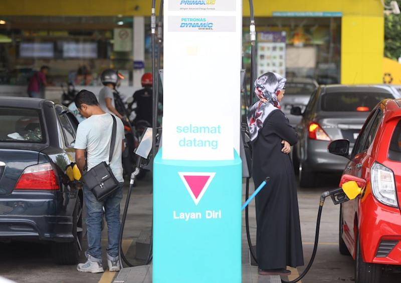 People refuel their vehicles at the Bandar Puteri Puchong Petronas petrol station on May 15, 2018. — Picture by Zuraneeza Zulkifli