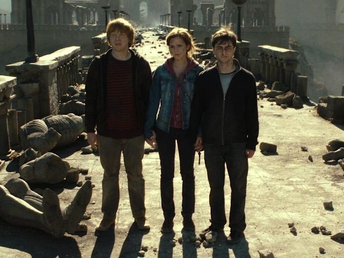 Harry Potter Deathly Hallows Ron Hermione on Bridge
