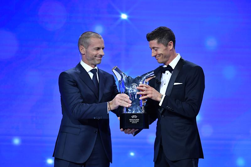 GENEVA, SWITZERLAND - OCTOBER 01: UEFA President Aleksander Ceferin presents the award for UEFA Best Player in Europe to Robert Lewandowski of FC Bayern Munich during the UEFA Champions League Group Stage Draw at the RTS studios on October 01, 2020, in Geneva, Switzerland (Photo by Harold Cunningham - UEFA/UEFA via Getty Images)