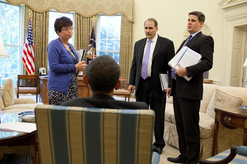 U.S. President Barack Obama talks with senior advisors Valerie Jarrett,  David Axelrod (2ndR), and Director of Communications Dan Pfeiffer (R), in the Oval Office, in this White House handout photograph taken on May 21, 2010 and released on June 7, 2010. Pfeiffer, a top adviser to Obama, who has served since his 2008 campaign, is stepping down in early March 2015, a decision he has been considering for some time, a White House official said February 4, 2015.   REUTERS/Pete Souza/The White House (UNITED STATES - Tags: POLITICS) THIS IMAGE HAS BEEN SUPPLIED BY A THIRD PARTY. IT IS DISTRIBUTED, EXACTLY AS RECEIVED BY REUTERS, AS A SERVICE TO CLIENTS. FOR EDITORIAL USE ONLY. NOT FOR SALE FOR MARKETING OR ADVERTISING CAMPAIGNS