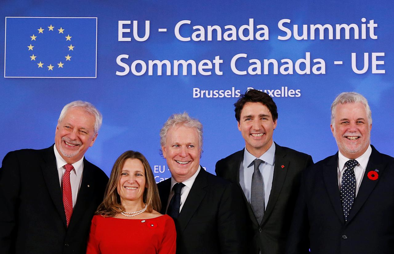 (L-R) Quebec's former Premier Pierre-Marc Johnson, Canada's International Trade Minister Chrystia Freeland, Quebec's former Premier Jean Charest, Canada's Prime Minister Justin Trudeau and Quebec's Premier Philippe Couillard pose after signing the Comprehensive Economic and Trade Agreement (CETA), at the European Council in Brussels, Belgium, October 30, 2016.  REUTERS/Francois Lenoir