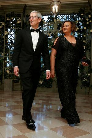 FILE PHOTO: Chief Executive Officer (CEO) of Apple Tim Cook and Lisa Jackson arrive for the State Dinner in honor of French President Emmanuel Macron at the White House in Washington, U.S., April 24, 2018. REUTERS/Joshua Roberts/File photo
